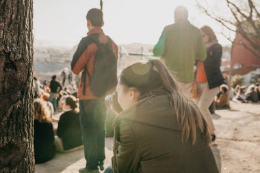 Bir genç kız fotoğrafçı Lizbon Portekiz görüntüleme platformu üzerinde günlük yaşamın fotoğraf çeker