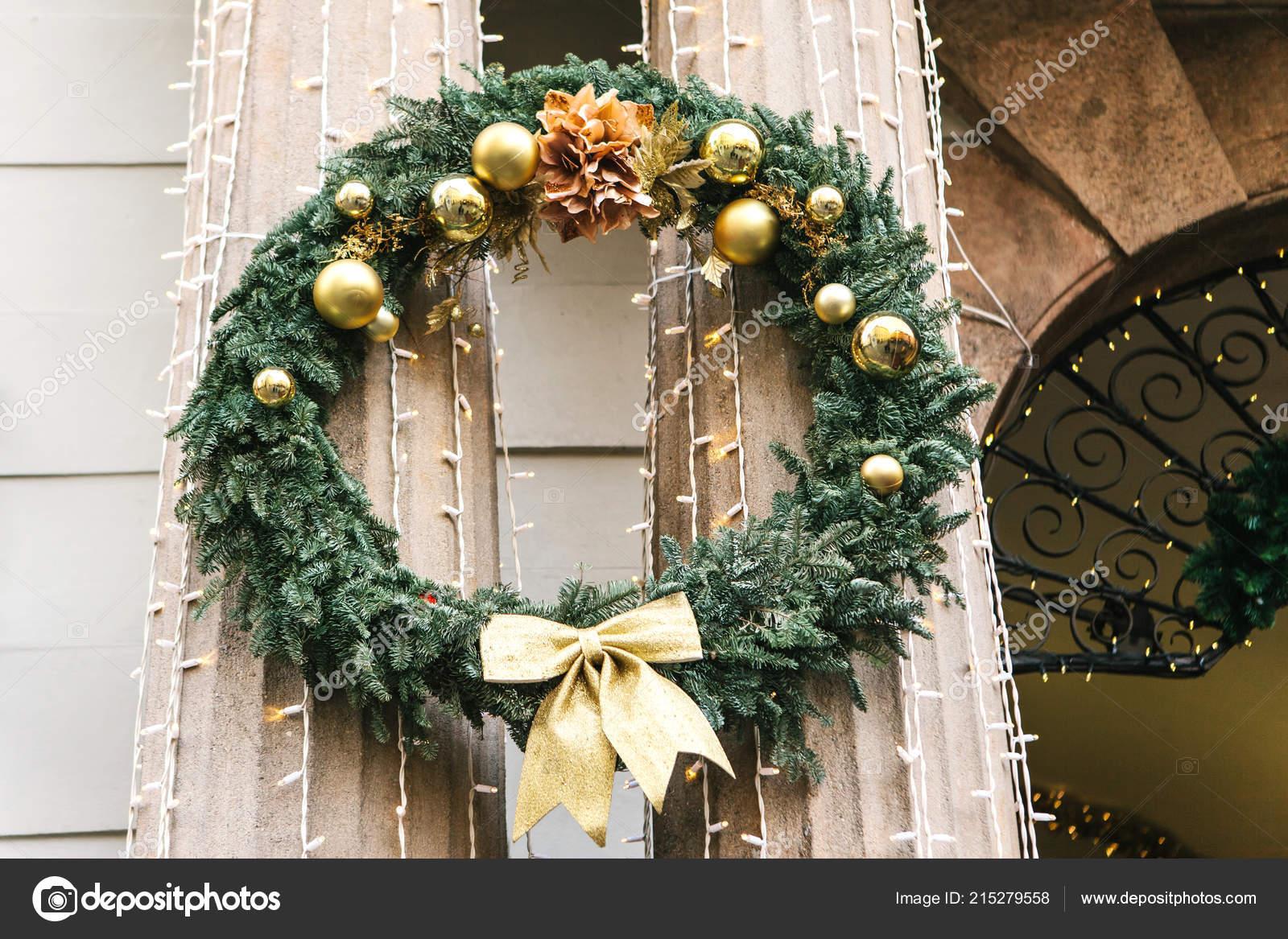 Una Tradicional Corona De Navidad Adorna Las Columnas Del