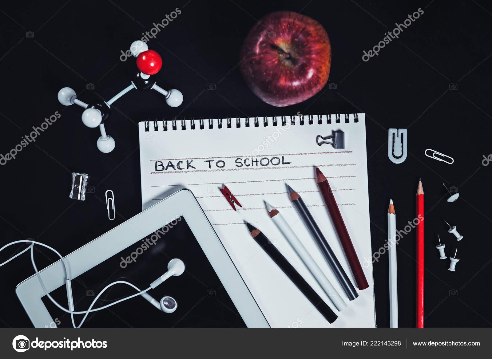 389026d7585 Σύνθεση με κόκκινο, μαύρο και άσπρο σχολικών ειδών σε μαύρο φόντο. Πίσω στο σχολείο  έννοια.