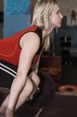 Žena na vzpírání tréninku v tělocvičně