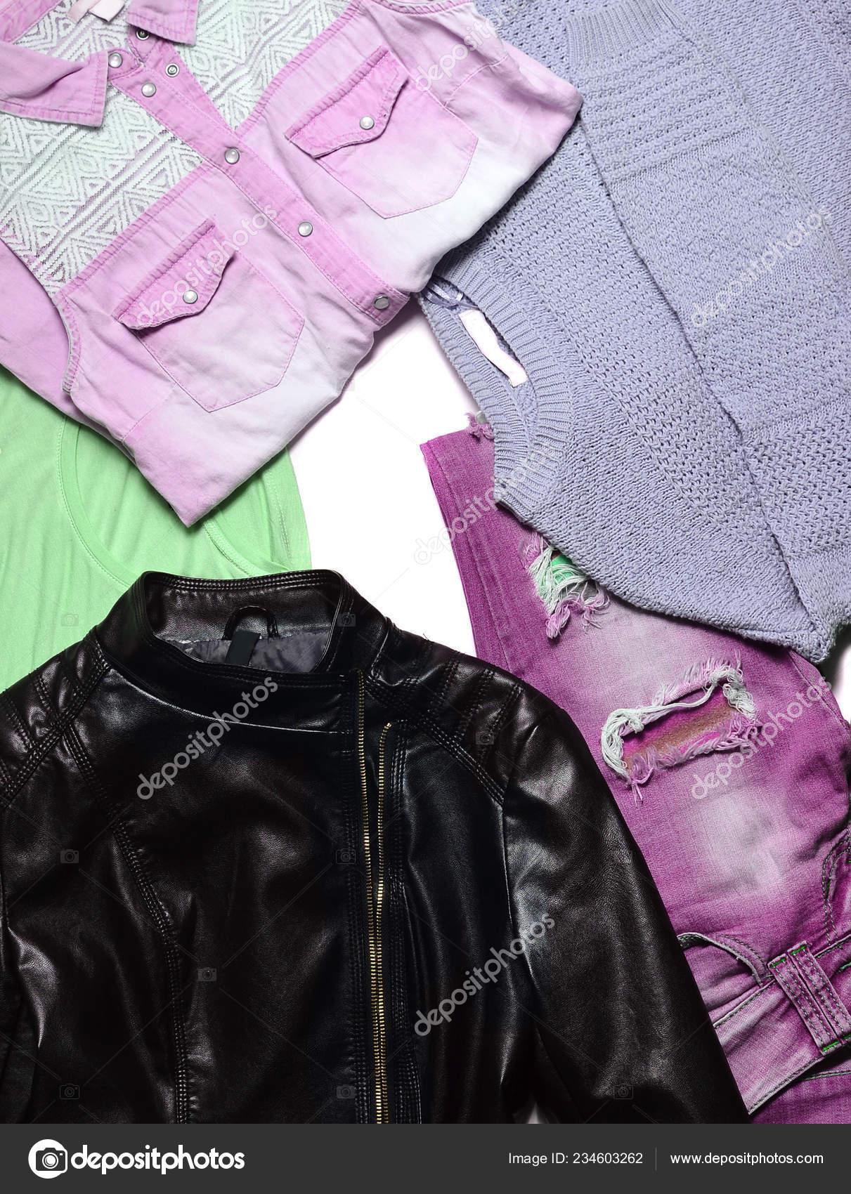 32661b4c2 Coloridos feminina roupas e acessórios em um fundo branco. Roupas da moda  2018-2019. Cores brilhantes de tendência. Vista superior.