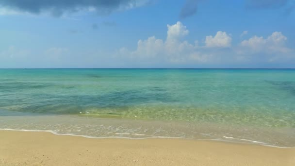 malebný přístav s moře vlny, písečné pláže a modré nebe