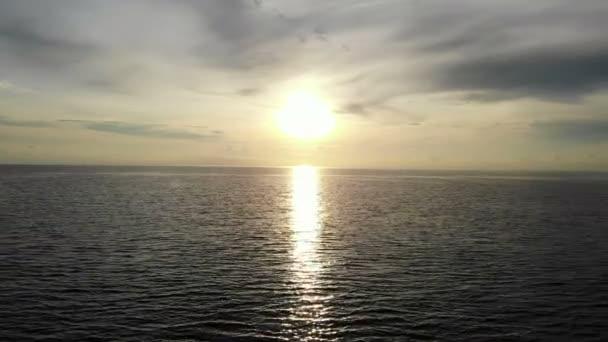 Blick auf den Sonnenuntergang Meereswellen, Sandstrand und dramatischer Himmel