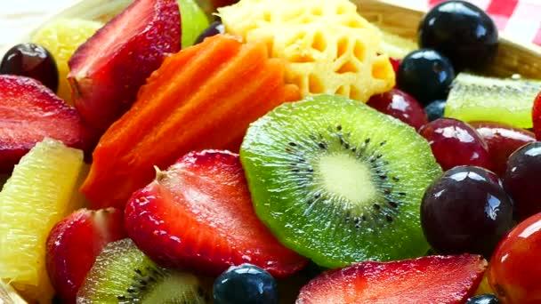 různé zralé plody a bobule v dřevěné misce na rustikální stůl