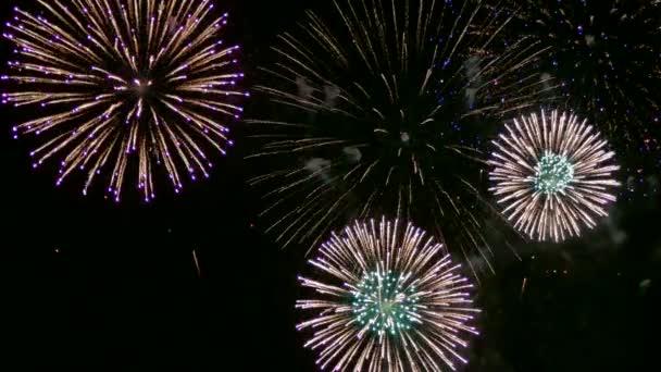 4k-Video von goldenem Feuerwerk, das im trüben Nachthimmel glüht