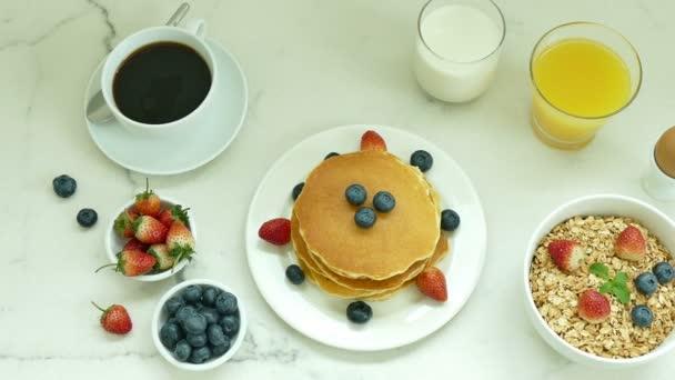 a vaj és a friss bogyós gyümölcsök a fehér tányér finom palacsinta