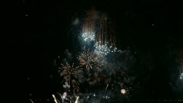 4 k videa ohňostrojů zářící tmavé noční obloze