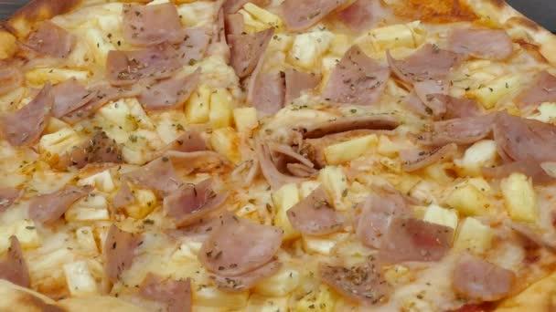vynikající pizza na dřevěný stůl, nezdravé nebo nezdravé jídlo koncept