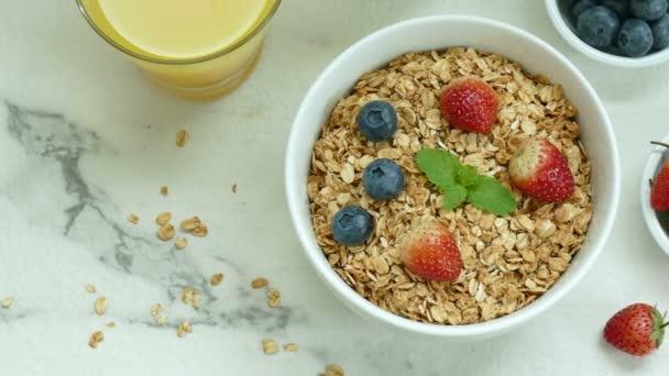 chutnou snídani palačinky, čerstvé jahody, káva a kaše