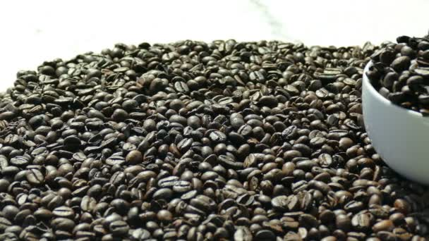 geröstete Kaffeebohnen in Holzschalen