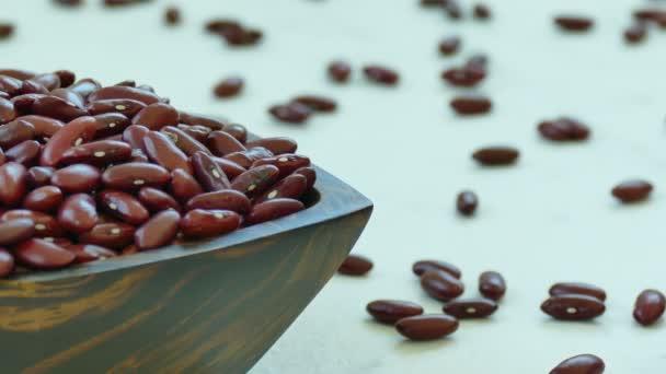 Rote Bohnen in Holzschale auf dem Tisch