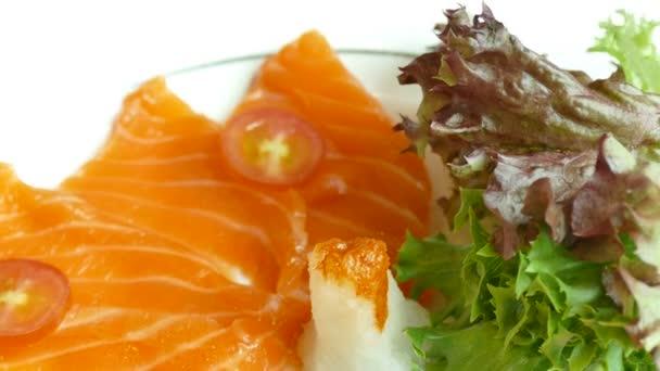 lahodné čerstvé sašimi s lososem, tradiční japonské jídlo