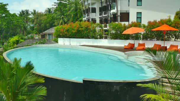 bazén s lehátky na letovisko na slunečný den
