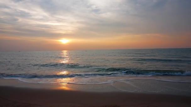 západ slunce pohled na mořské vlny, dramatická obloha