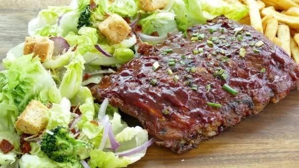 vynikající grilovaný hovězí steak se zeleninou a hranolky