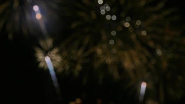 4k Video von Feuerwerk, das im dunklen Nachthimmel glüht