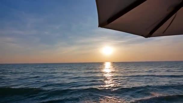Příroda s tropické moře a pláže na bílé mraky a modrá obloha