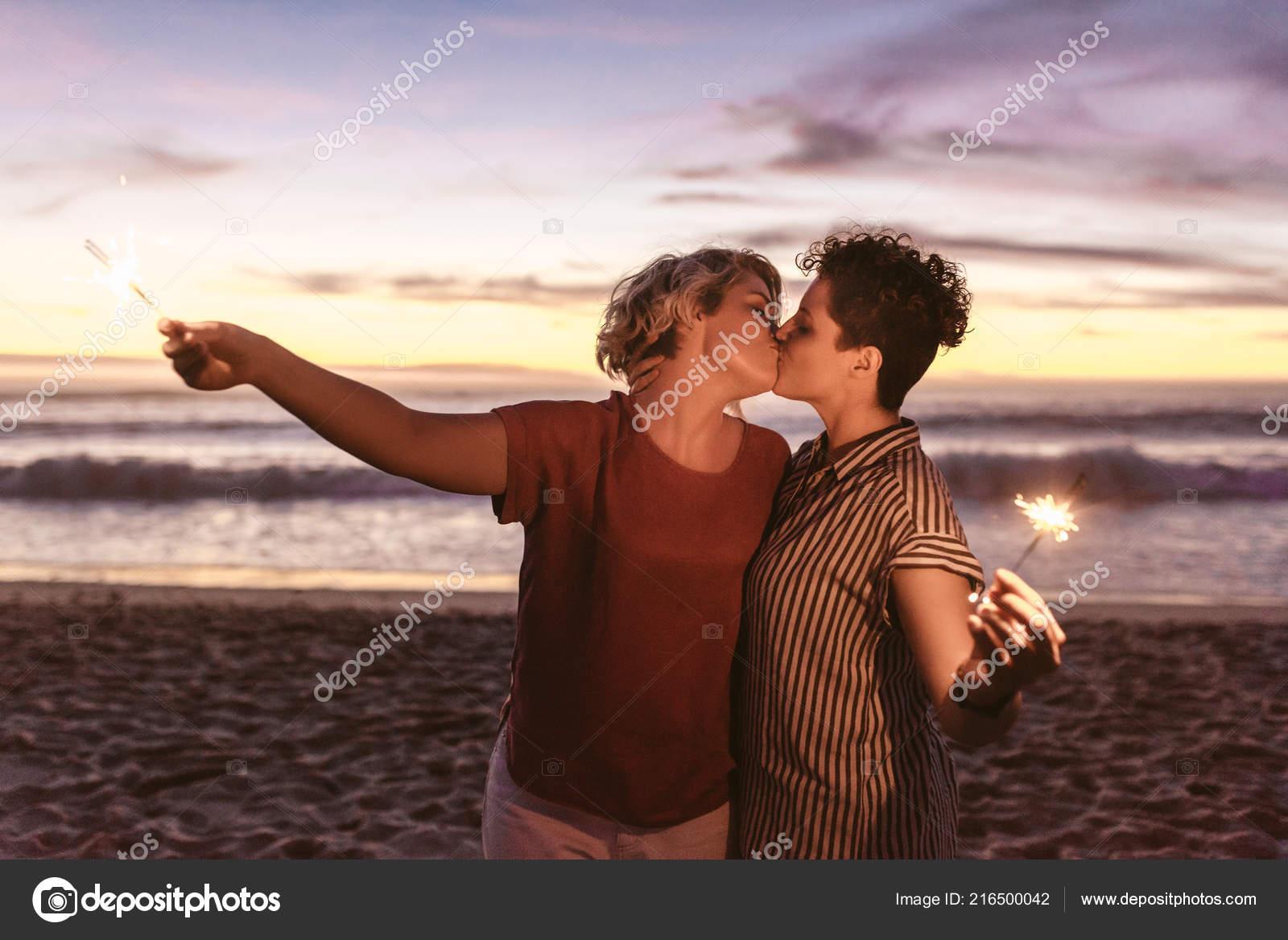Zdjęcia lesbijek całuje