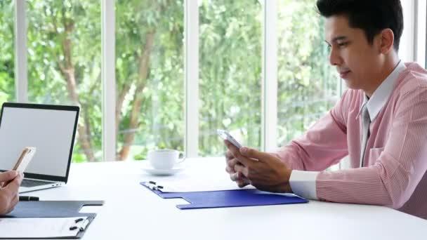 Zblízka ruce na podpis výkonný obchodní muž podepsat smlouvu po přečtení obchodní společný podnik dealování dokumentu smlouvy. Profesionální úspěch podnikatel čtení pečlivě podepsané spouštěcí projekty
