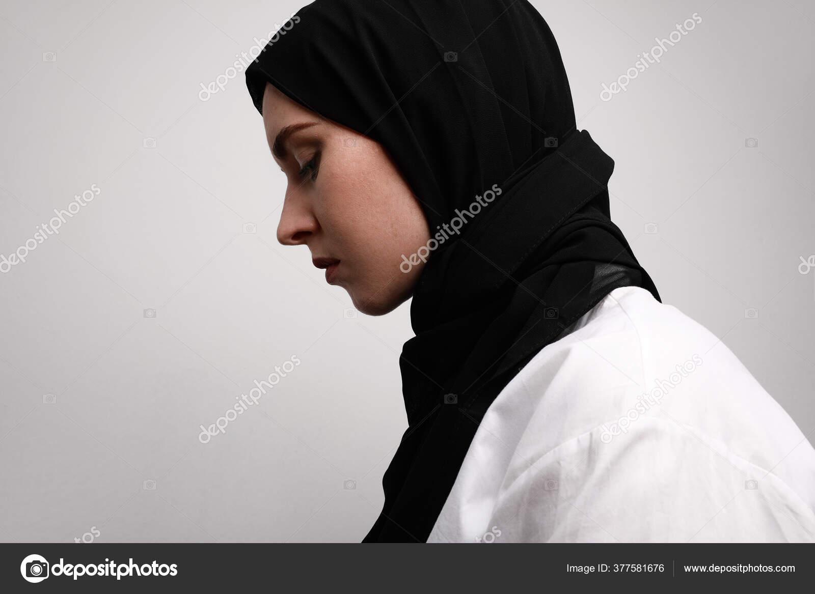 Gambar Samping Dari Wanita Muslim Muda Berhijab Terisolasi Dengan Latar Belakang Putih Konsep Gaya Hidup Agama Islam Wanita Stok Foto C Facereader Images Gmail Com 377581676