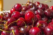Friss, érett cseresznye egy tányérra, felülnézet