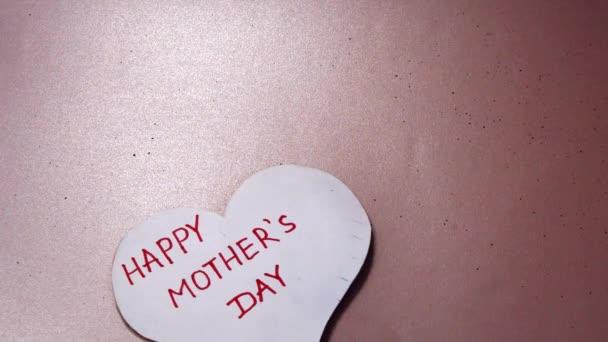 Az alakja a szív a szavak Boldog anyák napja, vörös Tulipánokkal hálával üdvözlőlap