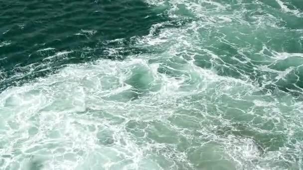 Akvamarín moře vlny varu a pěnou z modulu pracovní lodě, racky létat nad mořem