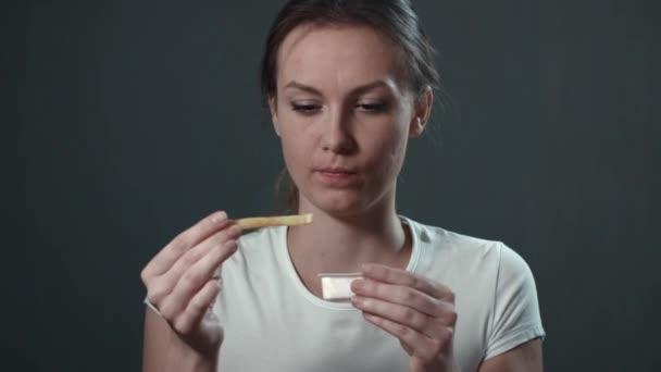 mladá žena jíst hranolky