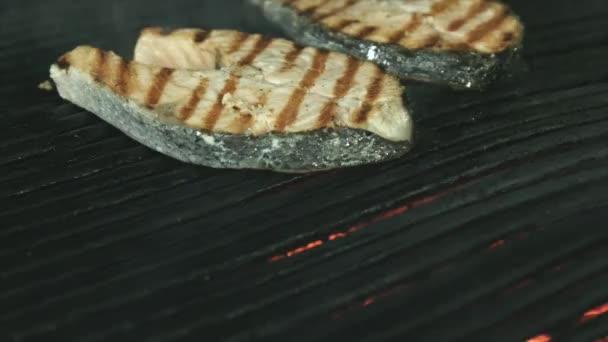 Čerstvý losos steaky s grilem