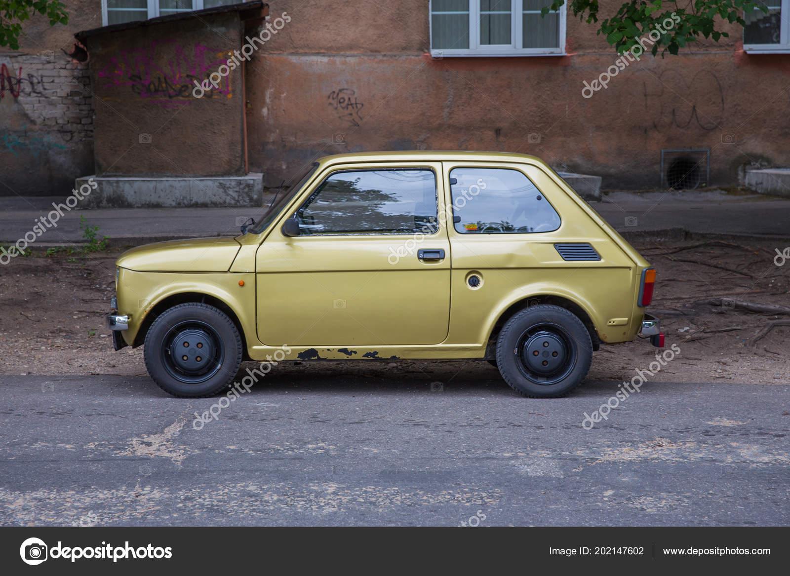 d17807a0d317 Město Riga Lotyšsko Retro Fiat 126 Ulici Zlaté Barvy Městském — Stock  fotografie