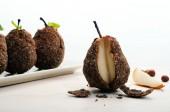 Užitečné diety hrušky obalované ze semen a nasekané ořechy. Strava chutná fitness domácí jídlo. Selektivní ostrost, malá hloubka ostrosti