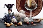 Ručně vyrobené sladkosti vyrobené z kokosové, mandlové ořechy a banánem. Další různé druhy ořechů a květy levandule. Chutné a zdravé fitness potravin. Dietní občerstvení.