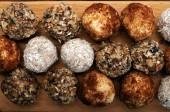Ručně vyráběné sladkosti vyrobené ze sušeného ovoce, ořechů a semen (bez cukru). Makro pro střelbu. Lahodné a zdravé fitness cukroví
