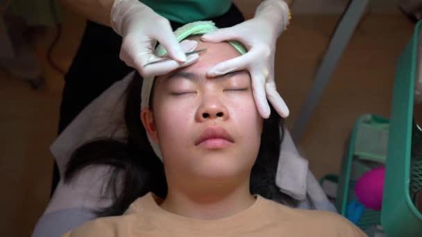 Fiatal ázsiai lány tizenéves megkapja akne és arc kezelés