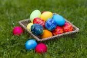 Veselé Velikonoce, barevné vejce v košíku