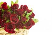 červené růže v koši, samostatný