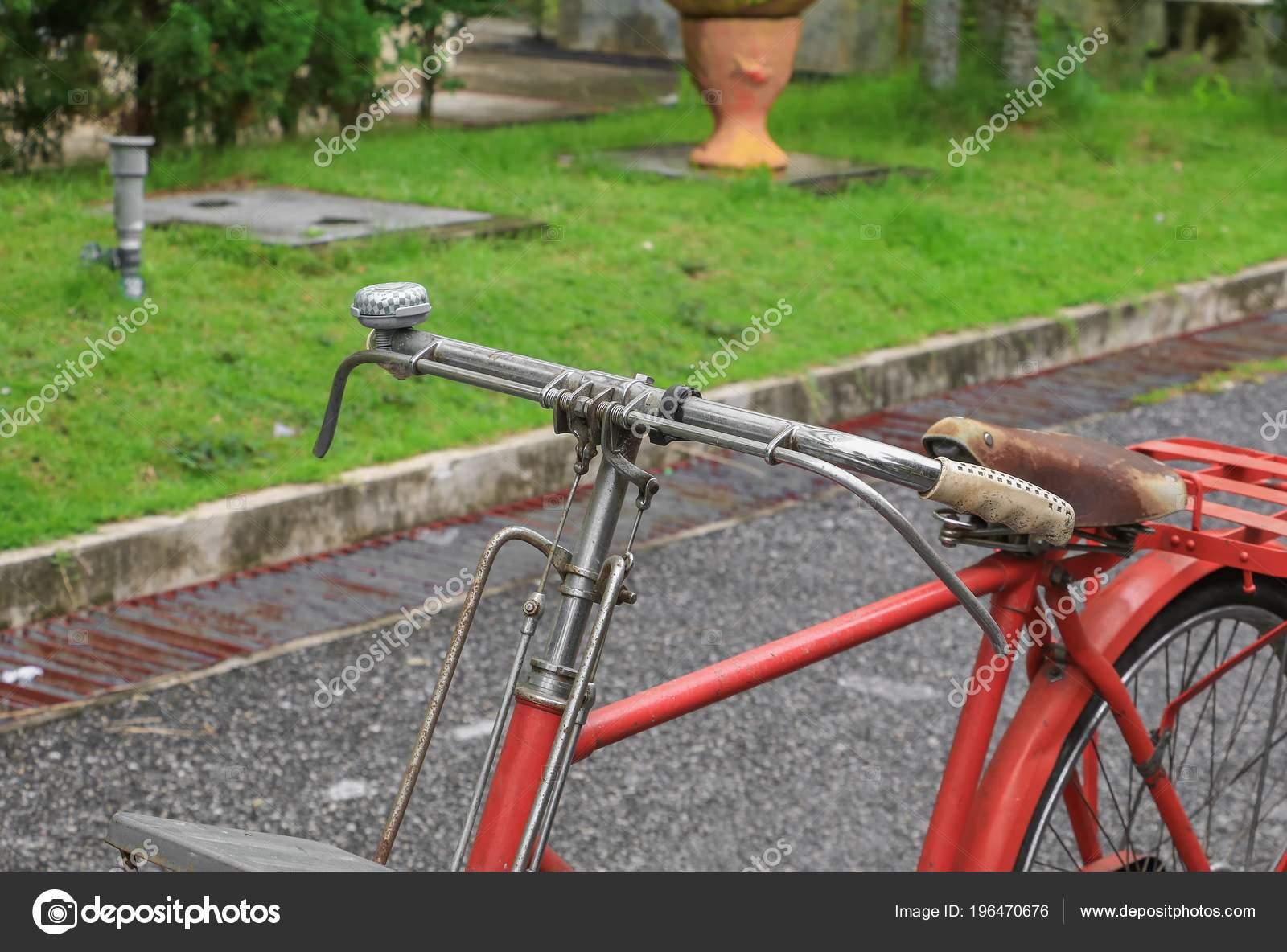Classico Vintage Bicicletta Rossa Nei Precedenti Bella Con Spazio