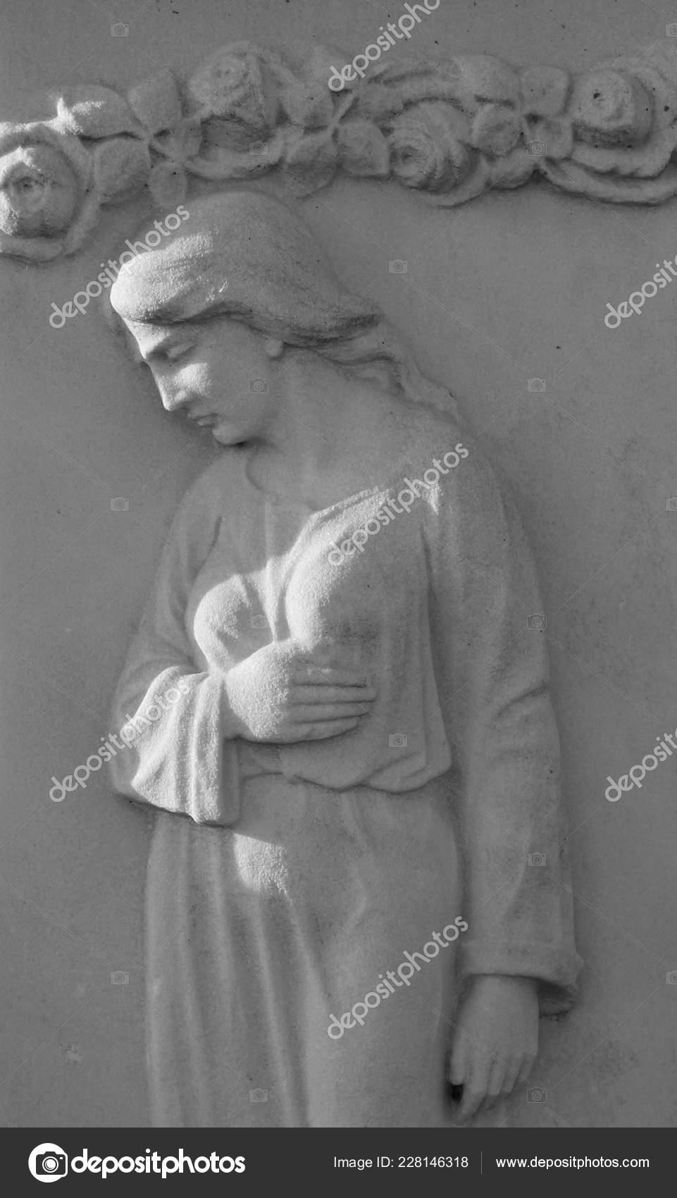 Ancienne Statue Femme Triste Sur Cimetière Noir Blanc