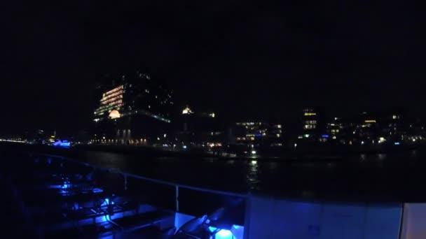Hyperlapse während der Nacht mit Ausflugsschiff an der Elbphilharmonie am Elbve Fluss in Hamburg, Deutschland