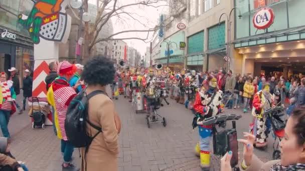 Jelmezek és a zenészek karnevál vagy a Karneval parade Köln, Köln utca a karnevál idején