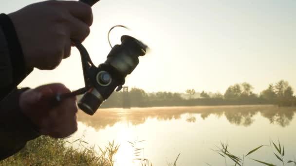 Kezében a halász a kéz Vértes spinning rúddal