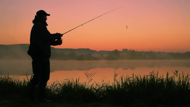 siluetu rybáře