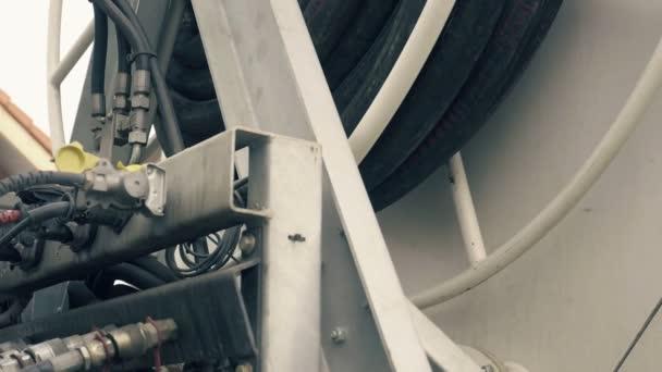 Dettaglio industriale composto da tubi, tubi e valvole. Sfondo indifferente di materiali metallici, produzione di calcestruzzo di anidrite. Industria delle macchine da costruzione. Colpo di slowmotion diurno