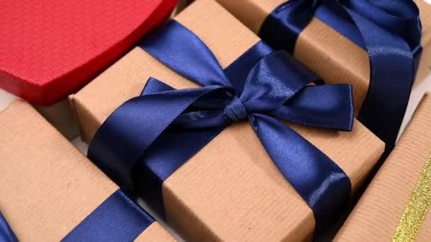 ajándékok csomagolva barna kraft papír kötött selyem szalaggal forog, közelről