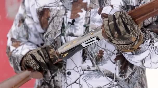 Zár-megjelöl kilátás-ból puska. Vadász kezében tartsa a puska