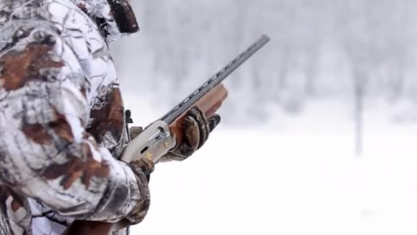Panoráma kilátás a vadász puska. A vadász puskával a téli nap célokat álcázás