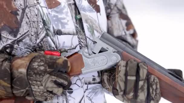 A vadászok kezében terheli a kétcsövű pisztoly patron