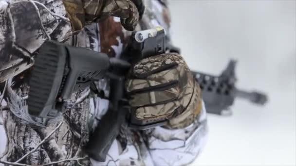 A vadászok kezében terheli a taktikai puska patron