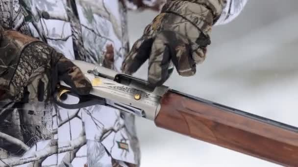 A vadászok kezében díjat egy sörétes puska patron