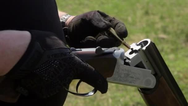 A mans kezében ingyenesen egy csövű puska bulet és patronok